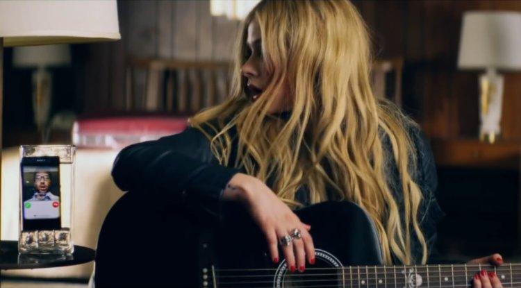 Мокрая Sony Xperia в клипе Avril Lavigne