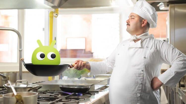 Повар со сковородкой