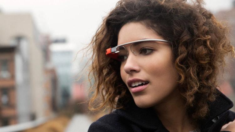 Девушка в Google Glass