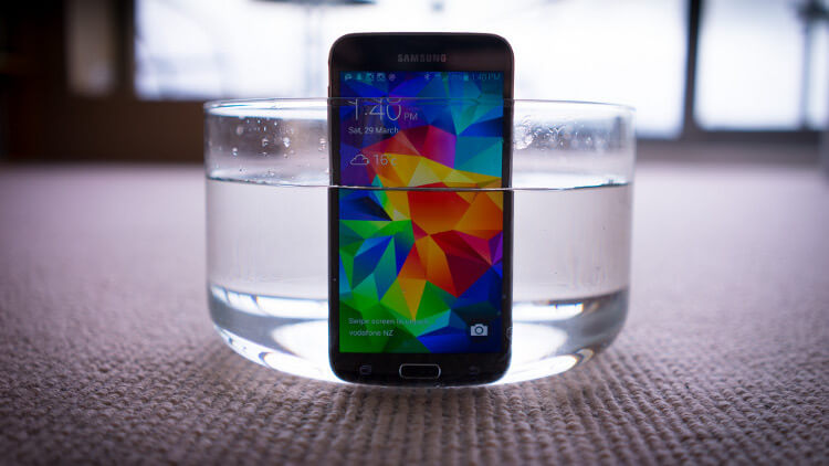 Galaxy S5 в стакане воды