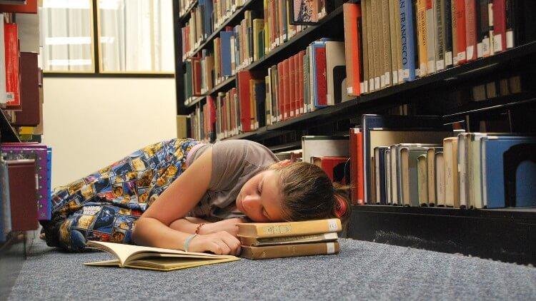 Усталая спящая студентка