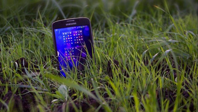 смартфон в траве