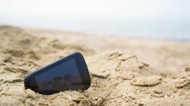 Телефон в песке