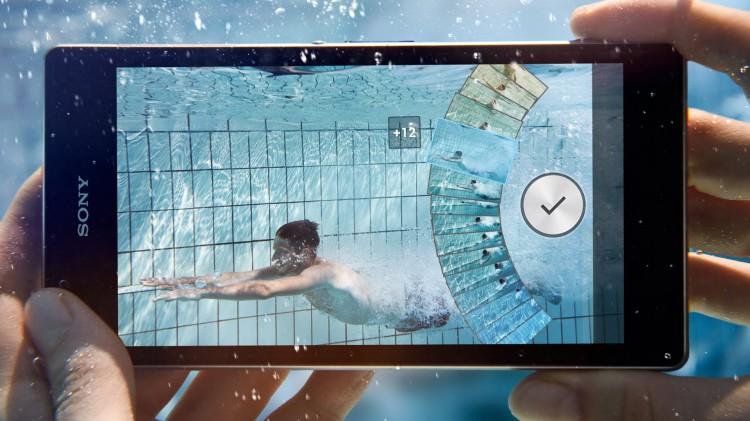 смартфон в бассейне