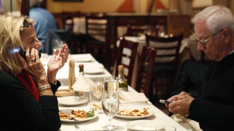 смартфоны в ресторане