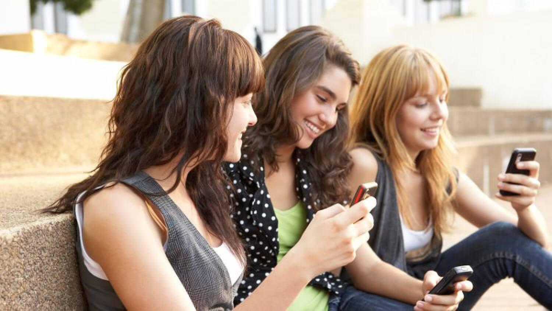 Молодежь с телефонами
