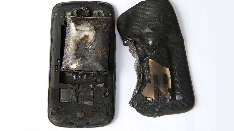 Почему батарейка вздулась на телефоне