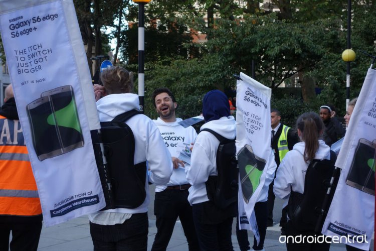 Samsung-employees-with-nbspThe-iTch-To-Switch-banners-outside-of-Apples-flagship-store-in-London (2)