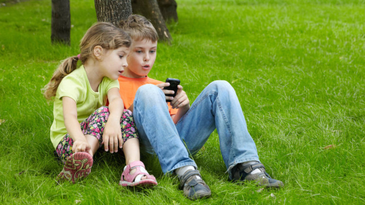 Дети с телефоном