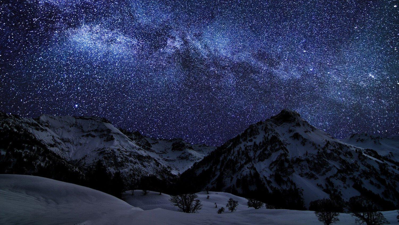 Звездное небо над зимними горами