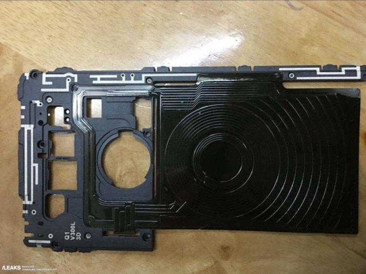 Где у LG V30 катушка беспроводной зарядки?
