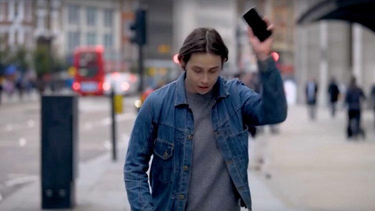 OnePlus «разбила» смартфоны прохожих после сравнения с 5T
