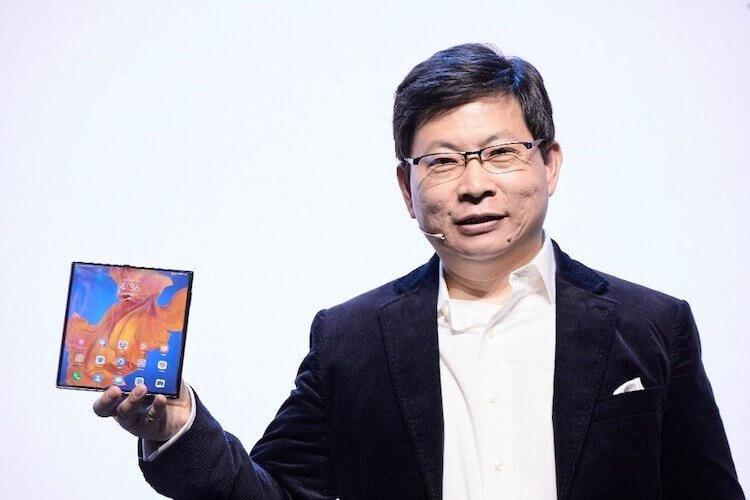 Ричард Юй демонстрирует смартфон Huawei Mate Xs
