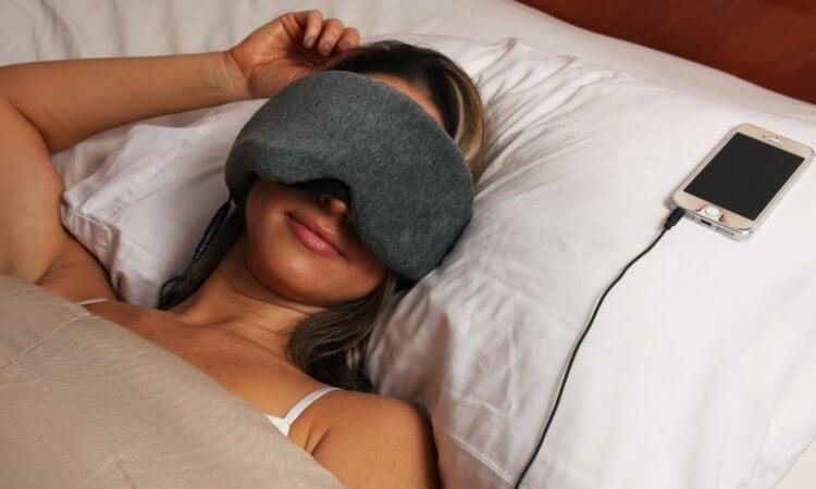 Можно ли спать в наушниках