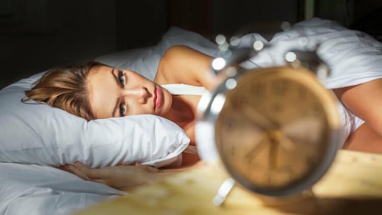 Можно ли спать со смартфоном под подушкой